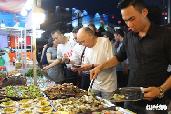 Chợ đêm Phú Quốc sôi động chào đón tỉ phú - ông chủ CLB Tottenham - Ảnh 2.