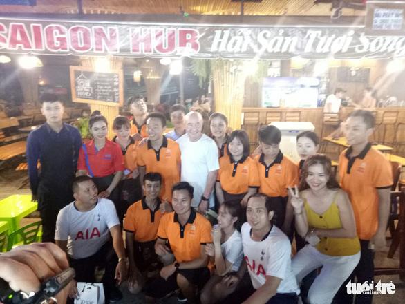 Chợ đêm Phú Quốc sôi động chào đón tỉ phú - ông chủ CLB Tottenham - Ảnh 4.