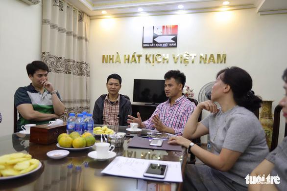 Nhà hát Kịch VN hỗ trợ gia đình nạn nhân tai nạn hầm Kim Liên 300 triệu đồng - Ảnh 1.