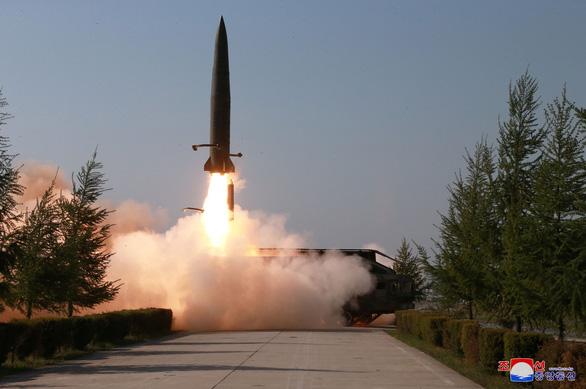 Mỹ loan tin bắt tàu Triều Tiên, Bình Nhưỡng tập trận tấn công tầm xa - Ảnh 1.