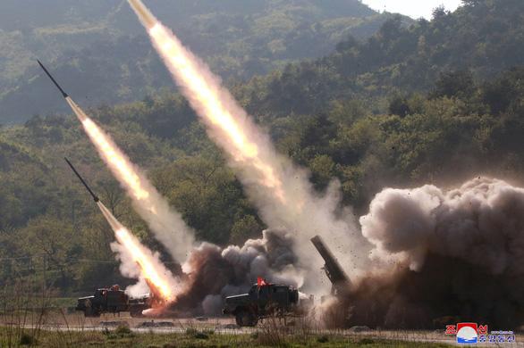 Mỹ loan tin bắt tàu Triều Tiên, Bình Nhưỡng tập trận tấn công tầm xa - Ảnh 3.