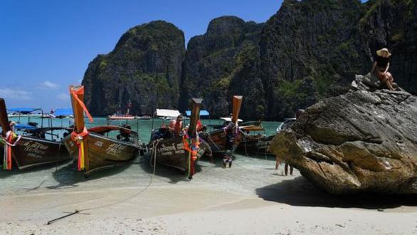 Thái Lan đóng cửa vịnh Maya thêm 2 năm vì tổn hại do du lịch - Ảnh 1.