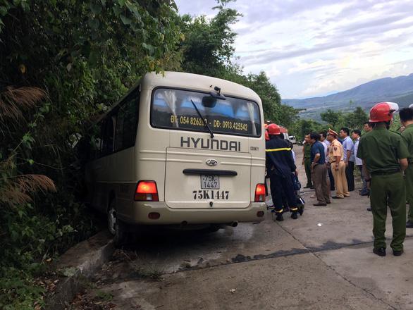 Xe chở sinh viên Singapore lao vào vách núi, 18 du khách bị thương - Ảnh 1.