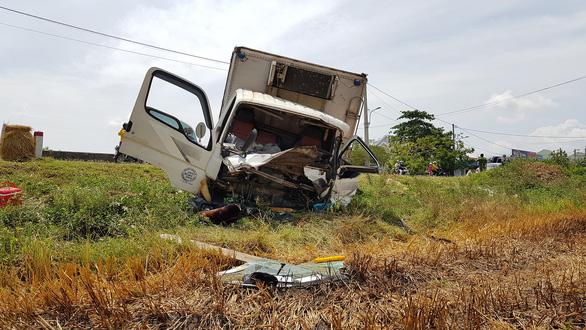 Dân cắt cabin cứu tài xế gãy chân, kẹt cứng sau va chạm với xe tải - Ảnh 1.
