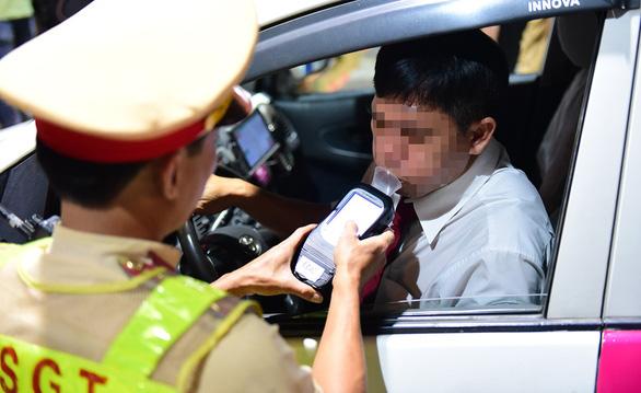 Lái xe khi say xỉn: buộc đi quét đường, vét kênh sợ hơn đóng phạt 20 triệu - Ảnh 7.