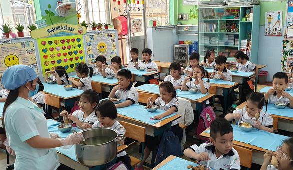 Phải mời phụ huynh giám sát an toàn thực phẩm trong trường học - Ảnh 1.