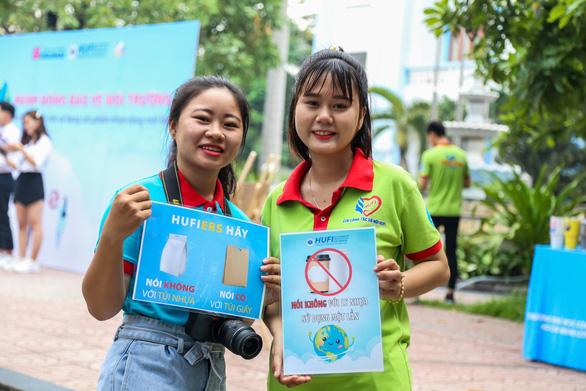 Sinh viên TP.HCM cam kết thấy rác nhặt ngay, không dùng ly nhựa - Ảnh 1.