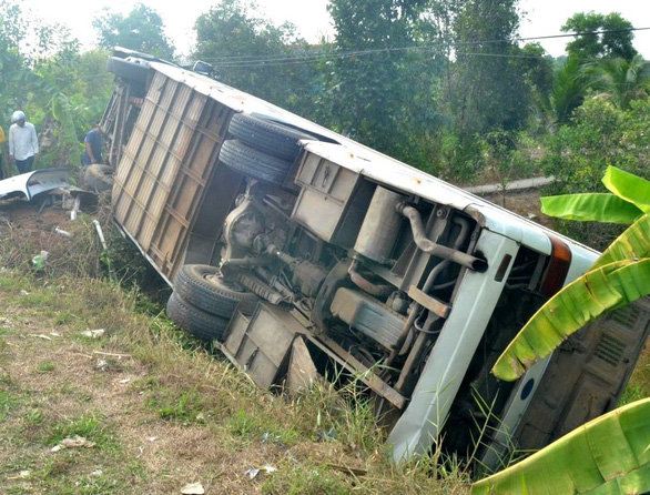 Xe chở công nhân lật trên quốc lộ 62, 10 người bị thương - Ảnh 1.