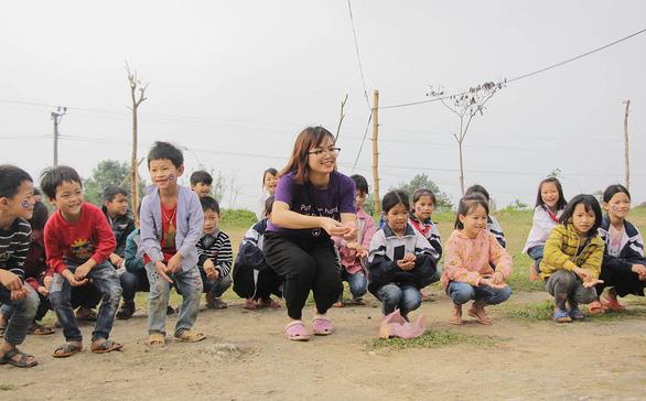 Bạn trẻ lên vùng cao dạy tiếng Anh, giúp bà con làm du lịch - Ảnh 1.
