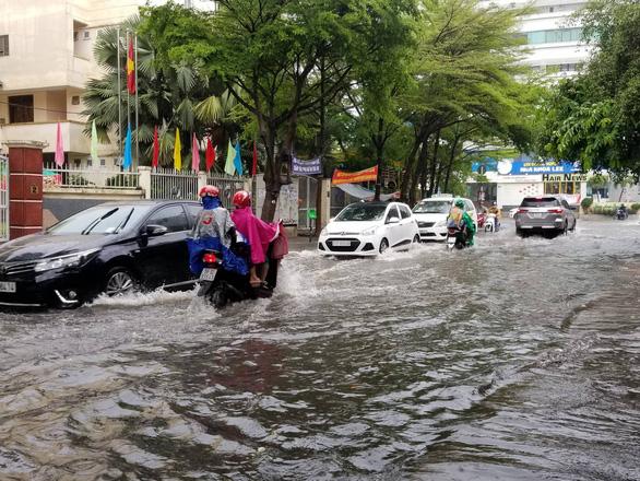 Chiều chủ nhật mưa rơi, người dân TP.HCM lại bì bõm lội nước - Ảnh 3.