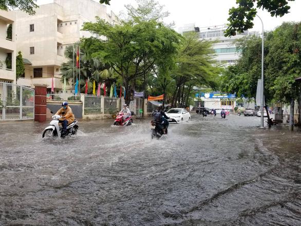 Chiều chủ nhật mưa rơi, người dân TP.HCM lại bì bõm lội nước - Ảnh 2.