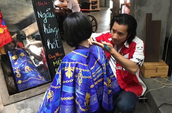 Chàng Việt kiều cắt tóc miễn phí lúc nửa đêm ở Sài Gòn - Ảnh 1.