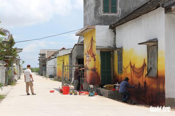 Sinh viên cùng giảng viên ĐH Huế chung tay vẽ con đường bích họa - Ảnh 2.