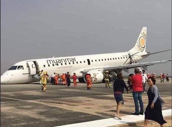 Cận cảnh máy bay Myanmar tiếp đất bằng bụng - Ảnh 3.