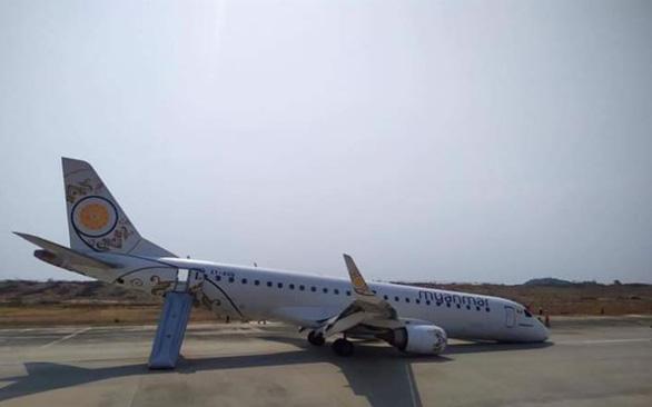 Cận cảnh máy bay Myanmar tiếp đất bằng bụng - Ảnh 4.