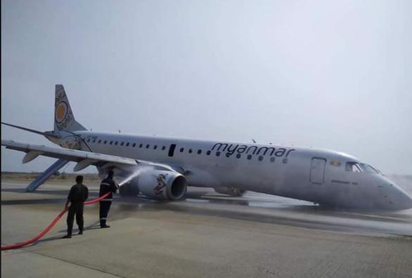 Cận cảnh máy bay Myanmar tiếp đất bằng bụng - Ảnh 5.