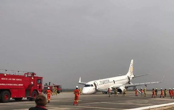 Cận cảnh máy bay Myanmar tiếp đất bằng bụng - Ảnh 2.