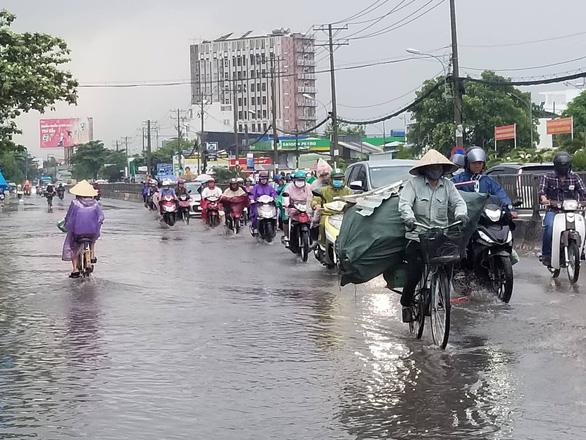 Chiều chủ nhật mưa rơi, người dân TP.HCM lại bì bõm lội nước - Ảnh 5.