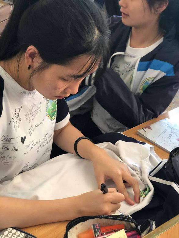 Chúc nhau viết lên áo để nhớ mãi tuổi học trò - Ảnh 11.