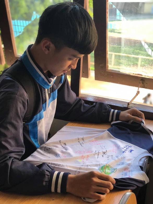 Chúc nhau viết lên áo để nhớ mãi tuổi học trò - Ảnh 9.