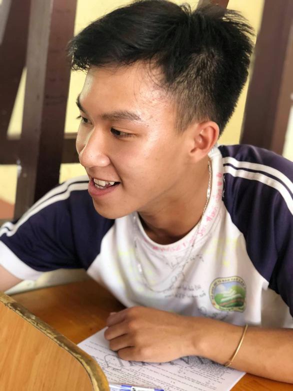 Chúc nhau viết lên áo để nhớ mãi tuổi học trò - Ảnh 10.