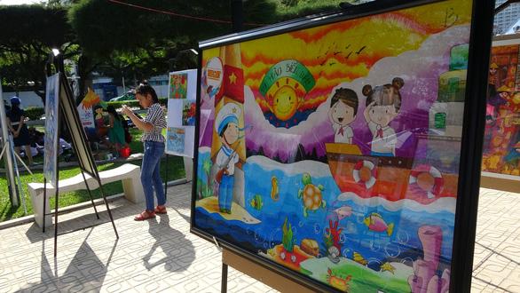 Tranh vẽ Hoàng Sa, Trường Sa của trẻ em trưng bày dọc biển Nha Trang - Ảnh 1.
