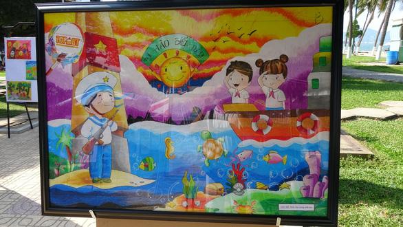 Tranh vẽ Hoàng Sa, Trường Sa của trẻ em trưng bày dọc biển Nha Trang - Ảnh 5.