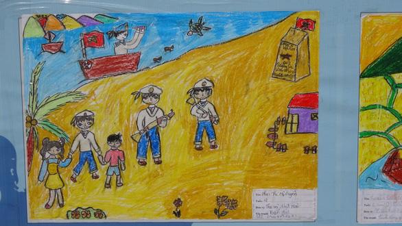 Tranh vẽ Hoàng Sa, Trường Sa của trẻ em trưng bày dọc biển Nha Trang - Ảnh 6.