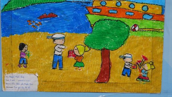 Tranh vẽ Hoàng Sa, Trường Sa của trẻ em trưng bày dọc biển Nha Trang - Ảnh 7.