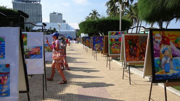 Tranh vẽ Hoàng Sa, Trường Sa của trẻ em trưng bày dọc biển Nha Trang - Ảnh 8.