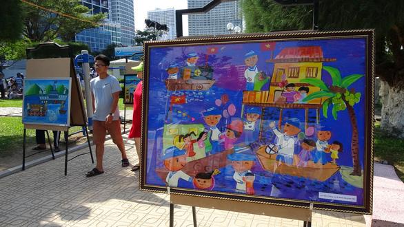 Tranh vẽ Hoàng Sa, Trường Sa của trẻ em trưng bày dọc biển Nha Trang - Ảnh 3.