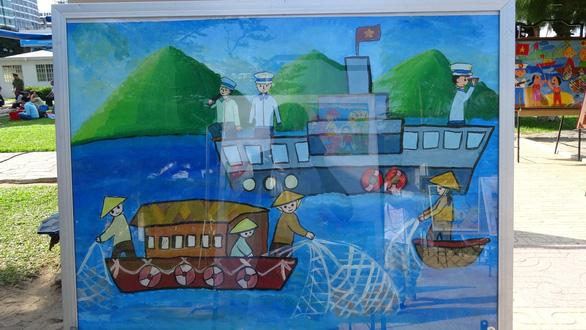 Tranh vẽ Hoàng Sa, Trường Sa của trẻ em trưng bày dọc biển Nha Trang - Ảnh 9.