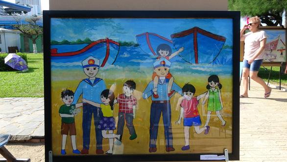 Tranh vẽ Hoàng Sa, Trường Sa của trẻ em trưng bày dọc biển Nha Trang - Ảnh 2.