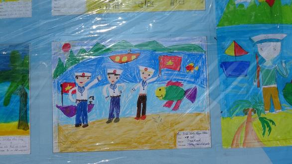 Tranh vẽ Hoàng Sa, Trường Sa của trẻ em trưng bày dọc biển Nha Trang - Ảnh 10.