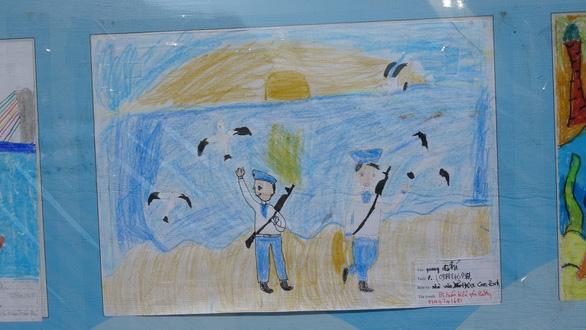 Tranh vẽ Hoàng Sa, Trường Sa của trẻ em trưng bày dọc biển Nha Trang - Ảnh 11.
