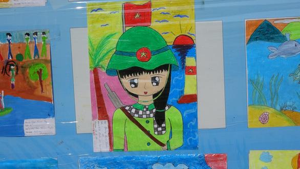 Tranh vẽ Hoàng Sa, Trường Sa của trẻ em trưng bày dọc biển Nha Trang - Ảnh 12.