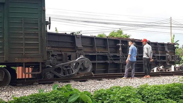 Giải cứu tàu hàng lật, thông đường sắt Thống Nhất sau 7 tiếng - Ảnh 1.