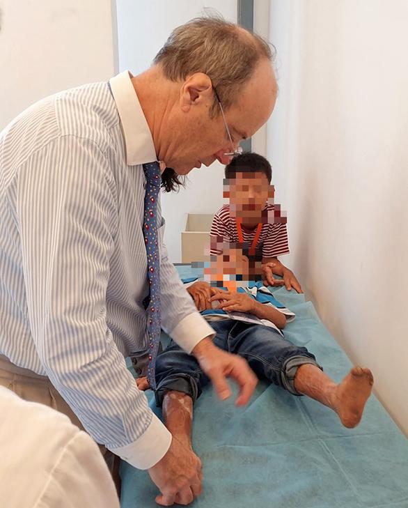Trẻ dị tật tay chân được phẫu thuật miễn phí - Ảnh 1.