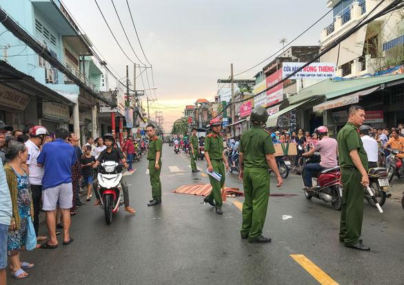 Va chạm xe tải, thiếu nữ 16 tuổi chạy xe máy chết giữa đường ở Gò Vấp - Ảnh 1.