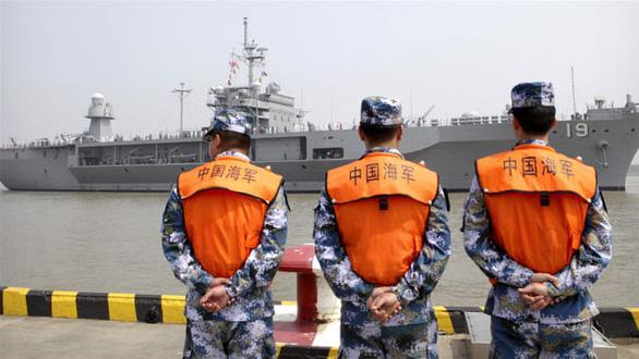 Tàu chiến Mỹ giáp mặt tàu Trung Quốc như cơm bữa trên Biển Đông - Ảnh 2.