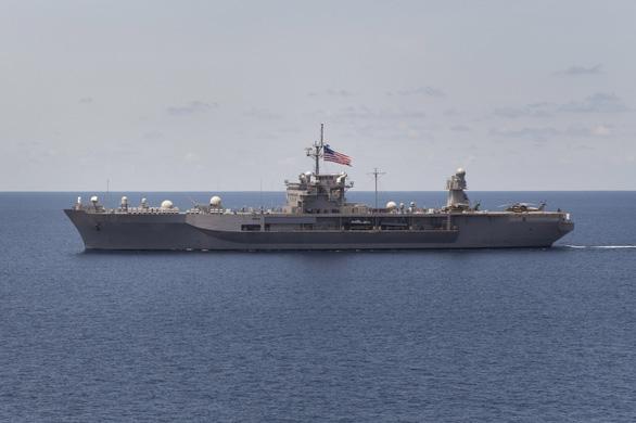 Tàu chiến Mỹ giáp mặt tàu Trung Quốc như cơm bữa trên Biển Đông - Ảnh 1.