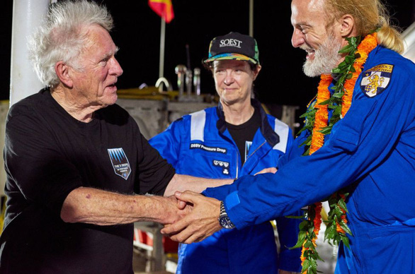 Lặn sâu kỷ lục 11km, ngỡ ngàng thấy túi nilông ở Rãnh Mariana - Ảnh 2.