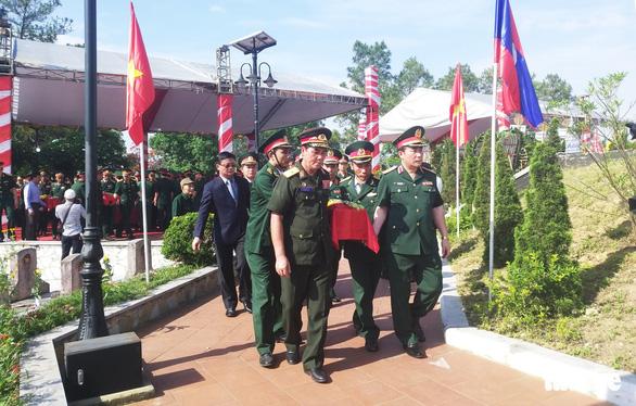 An táng 98 hài cốt liệt sĩ Việt Nam hi sinh ở Lào - Ảnh 3.