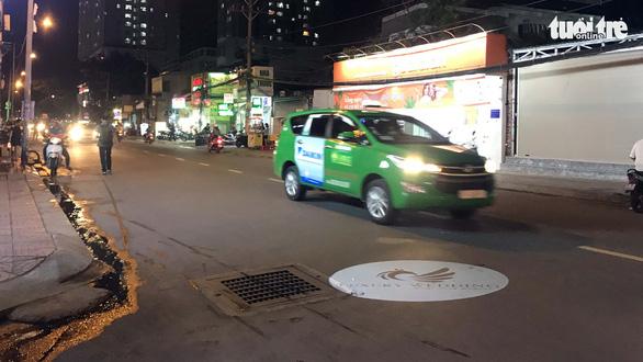 Không nói không được: đèn Led quảng cáo rọi xuống đường - Ảnh 1.