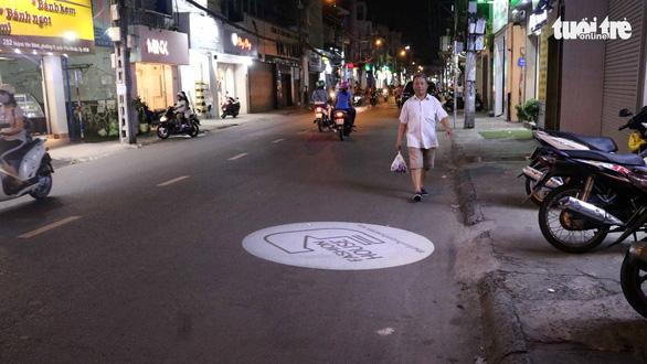 Không nói không được: đèn Led quảng cáo rọi xuống đường - Ảnh 2.