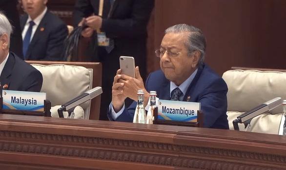 Thủ tướng Malaysia thú nhận được cô bé 10 tuổi dạy dùng thiết bị điện tử - Ảnh 2.