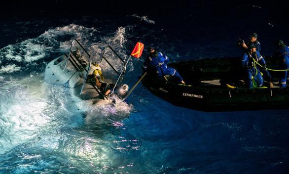 Lặn sâu kỷ lục 11km, ngỡ ngàng thấy túi nilông ở Rãnh Mariana - Ảnh 1.