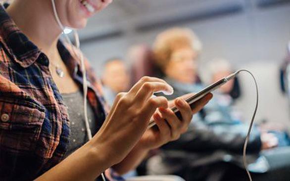 Tại sao nhiều hãng buộc hành khách tắt điện thoại trên máy bay? - Ảnh 1.