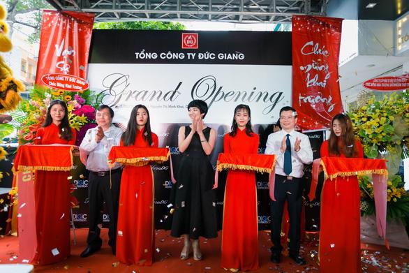 Tổng công ty Đức Giang ra mắt showroom thời trang đầu tiên tại TP.HCM - Ảnh 1.