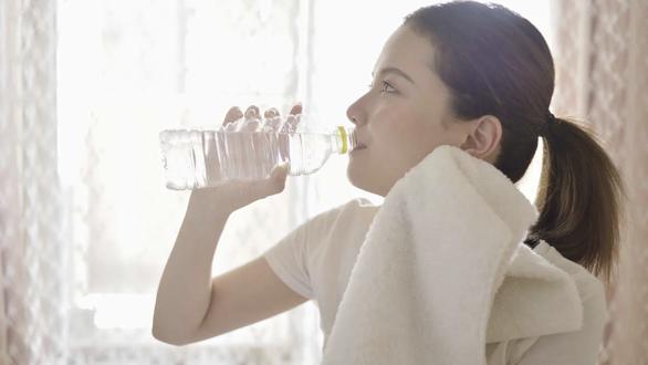 Vì sao bia, nước ngọt làm cơ thể thêm thiếu nước? - Ảnh 1.